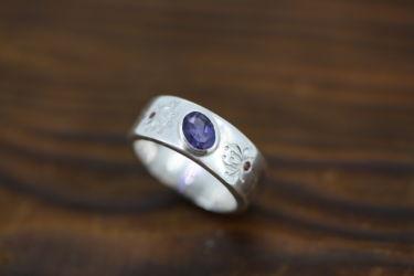 手彫りの模様の指輪